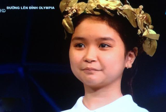 """Nữ sinh xứ Huế tròn xinh, trả lời nhanh đến nỗi MC """"Đường lên đỉnh Olympia"""" đọc câu hỏi không kịp"""