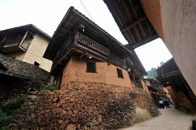 Những ngôi nhà cổ kính với tường vàng, gạch đen, nhà gỗ, cầu thang đá...