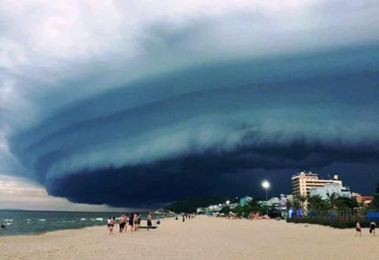 Cần điều tra tính xác thực về hình ảnh đám mây đen kỳ lạ trên biển Sầm Sơn