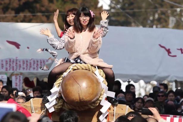 Cô dâu Nhật Bản cưỡi dương vật khổng lồ diễu phố