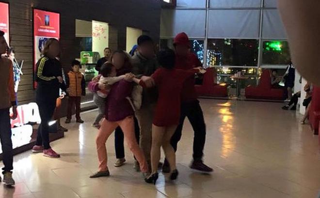 Đau lòng vụ giằng co cướp con nhỏ tại rạp chiếu phim ở Hà Nội