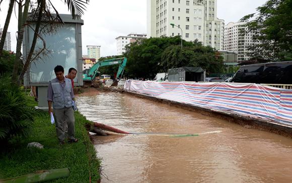Hà Nội: Vỡ đường ống do làm công trình, hàng nghìn hộ dân mất nước sinh hoạt