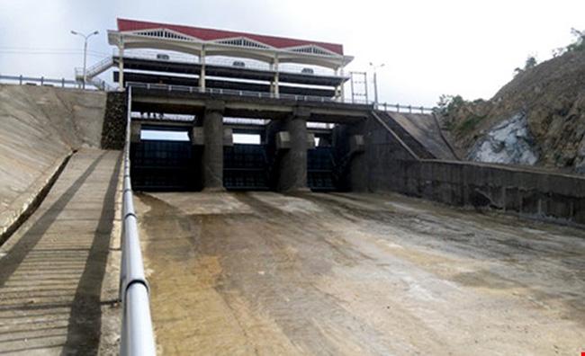 Phú Yên: 3 thanh niên say rượu lao lên mở van hồ chứa nước gây ra lũ quét