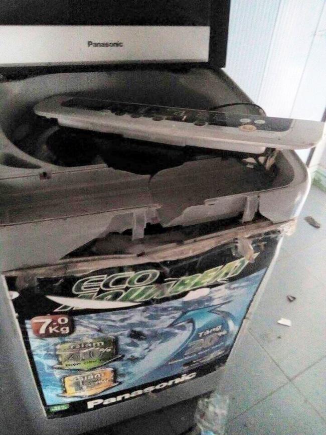 Máy giặt cũng bị người đàn ông này đập phá.