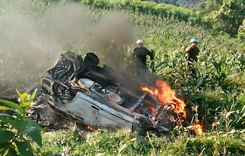 Xe 7 chỗ chạy từ Sa Pa về lao xuống vực bốc cháy dữ dội