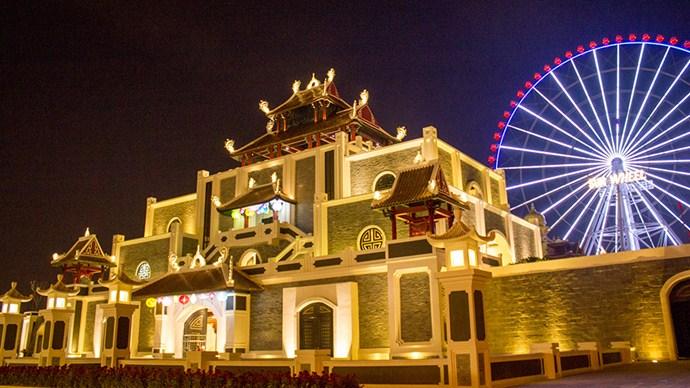 Cổng thành tại Asia Park về đêm