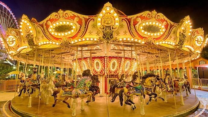 Asia Park thu hút du khách bởi vòng quay ngựa gỗ tràn ngập ánh sáng và âm nhạc