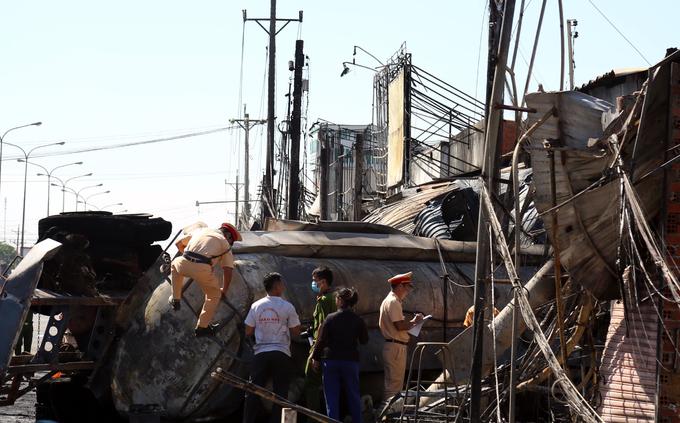 Cảnh tượng như Hỏa Diệm Sơn ở dãy phố bị biển lửa vụ tai nạn xe bồn chở xăng thiêu rụi