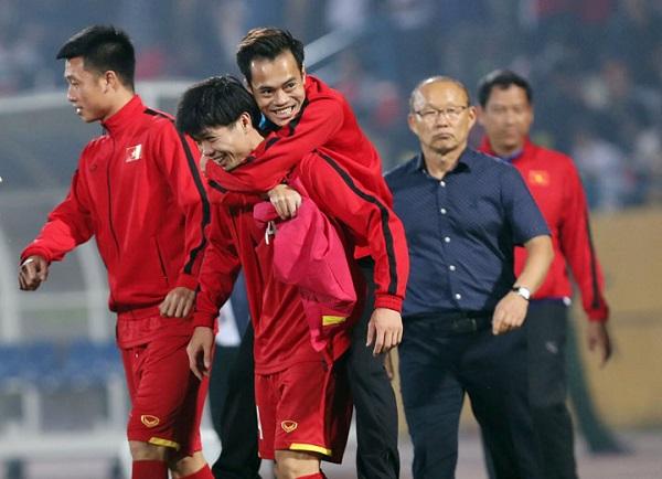 Văn Toàn suýt chia tay AFF Cup 2018 để đi Hàn Quốc điều trị, may mắn phát hiện chấn thương không nghiêm trọng