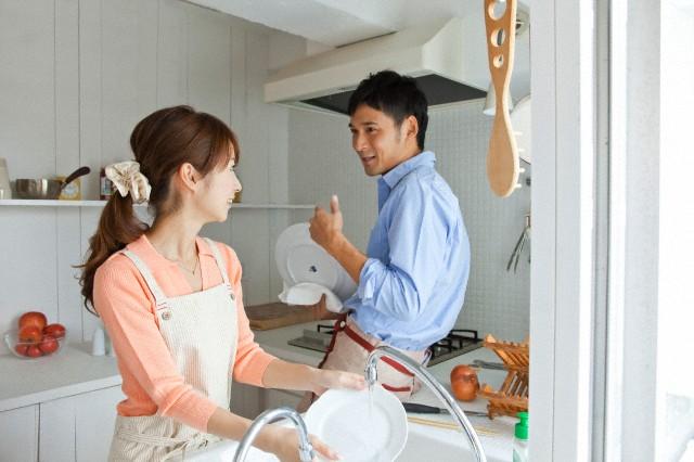 Kết quả nghiên cứu mới: Vợ chồng chia sẻ với nhau việc rửa bát sẽ khiến hôn nhân hạnh phúc hơn