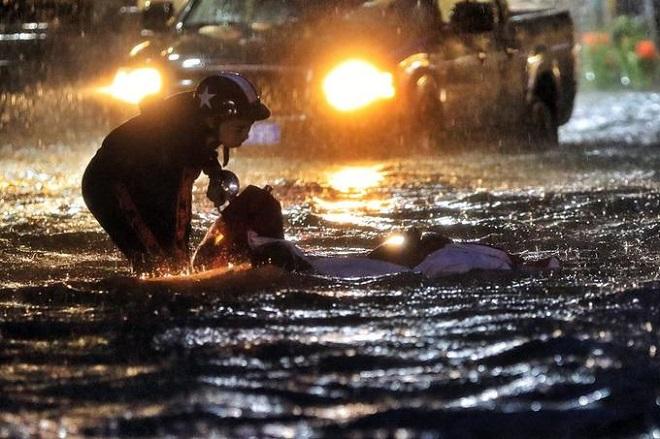 Người dân Sài Gòn vật lộn đến đêm trên đường ngập sâu do mưa lớn kéo dài sau bão số 9