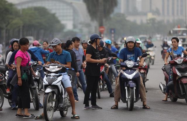 """Ngay mở bán vé trận Việt Nam - Maylaysia, chợ đen phe vé cũng """"khai trương"""" ra vào tấp nập"""