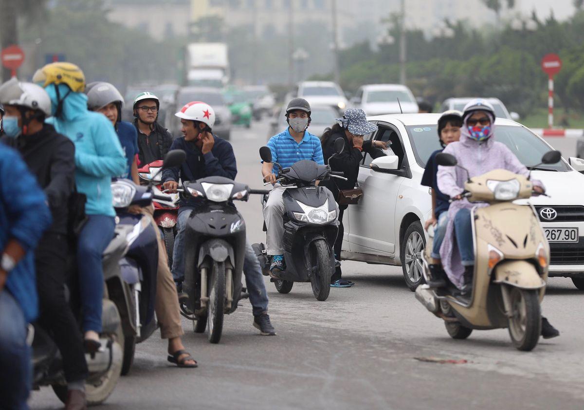 Nhiều phe vé sẵn sàng lao ra giữa đường để tiếp cận nhóm khách hàng đi ô tô và không muốn tấp vào khu vực lề đường đang đông đúc.