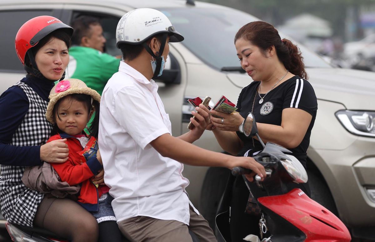 Vé trận Việt Nam - Malaysia vào ngày 16/11 tới có 4 mệnh giá gồm 150.000, 200.000, 300.000 và 400.000 đồng. Theo khảo sát của PV, thoạt đầu mức chênh lệch giữa mệnh giá gốc với giá vé dân phe bán bán ra chỉ gấp khoảng 1,5 lần mỗi loại.