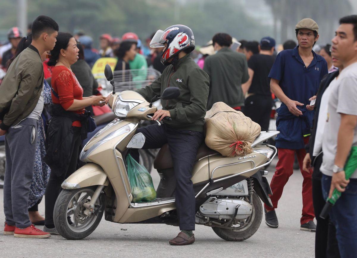Nhưng càng gần trưa, khi người hâm mộ đổ đến sân nhiều hơn, mức giá chợ đen bắt đầu tăng chóng mặt. Cảnh dân phe cò kè, mặc cả và chèo kéo khách hàng diễn ra huyên náo suốt cả đoạn dài đường Lê Quang Đạo.