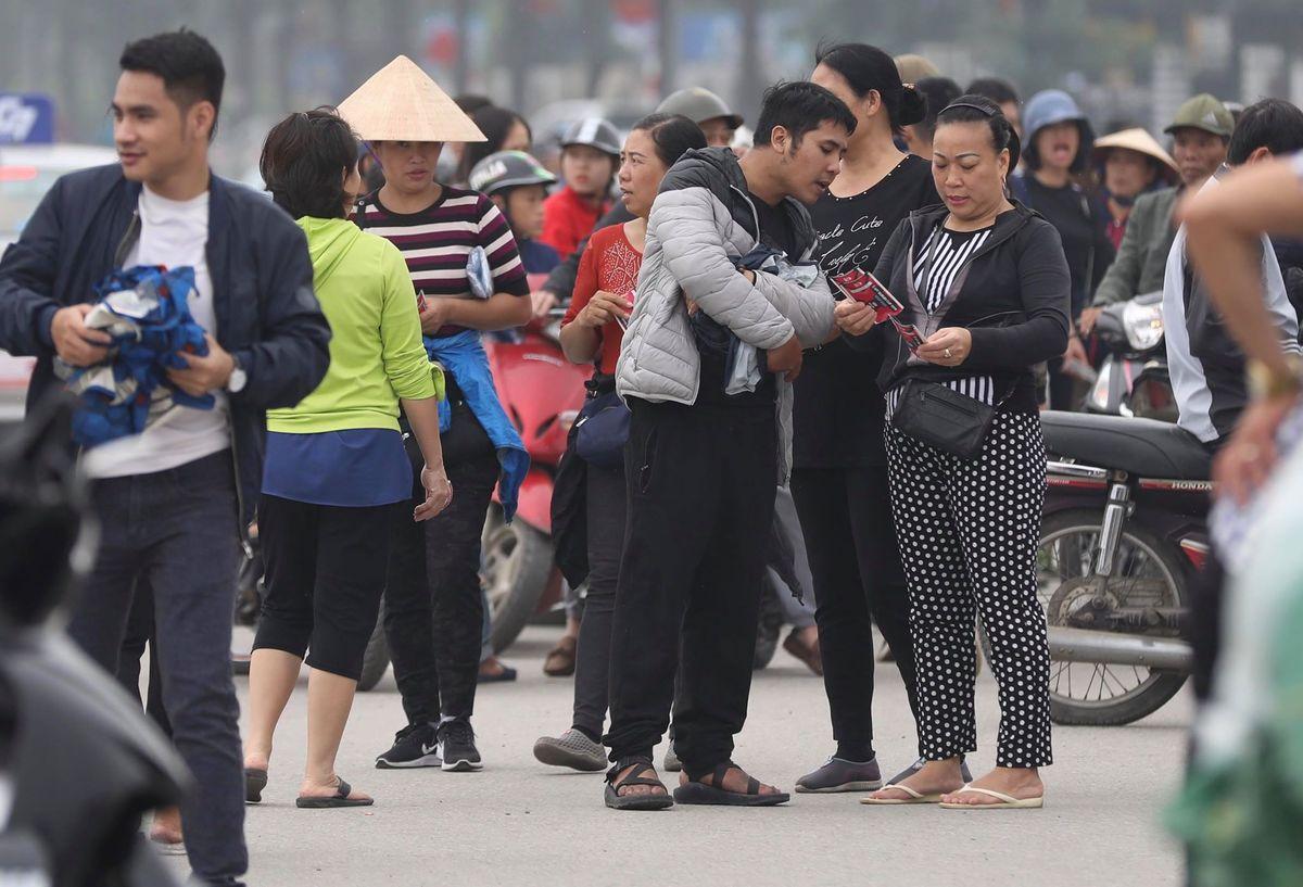 Đến quá trưa, chợ vẫn nhộn nhịp. Nhiều phe vé sẵn sàng nhận làm dịch vụ tìm mua theo nhu cầu của khách về số ghế, tầng và cửa vào sân.