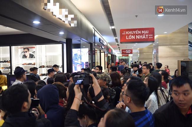 Ngay sau khi mở cửa trong sáng nay 23/11, đúng ngày Black Friday - ngày vàng mua sắm với cơ hội mua được những sản phẩm giảm giá hấp dẫn, hàng trăm người đã ùa ngay lên tầng 2 trung tâm thương mại Vincom Bà Triệu (Hà Nội).