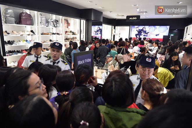 Tại một cửa hàng thời trang chuyên giày và túi xách, lượng khách ùa vào tăng đột biến.