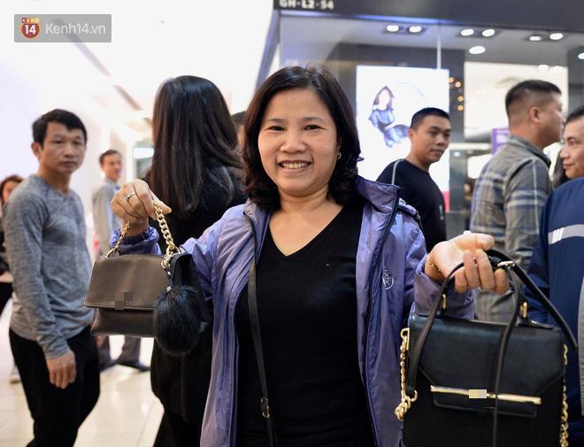 Một khách hàng có tên Mai Hoa, vui vẻ sau khi mua được 2 chiếc túi ưng ý.