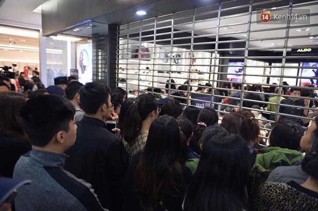 Do không gian lại giới hạn nên ngay sau khi mở cửa, các nhân viên cửa hàng đã buộc phải hạ cửa sắt phía trước để hạn chế khách tràn vào quá đông.