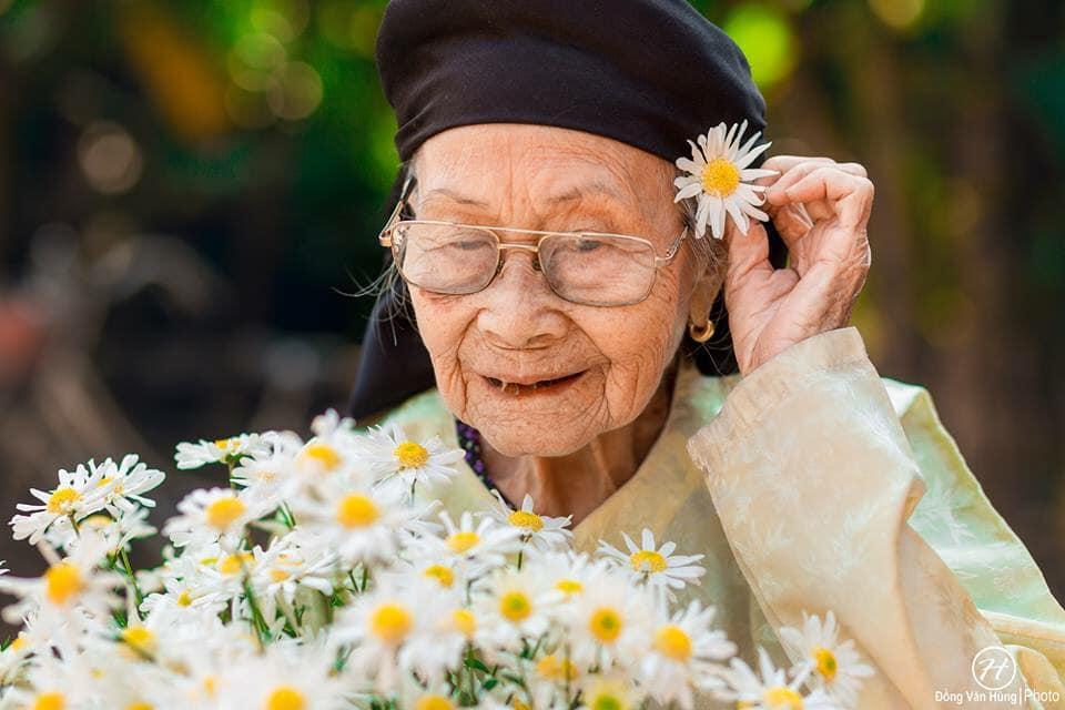 Mùa cúc họa mi và nỗi thương nhớ bà ngoại của chàng trai khiến giới trẻ nao lòng!