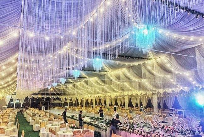 """Xôn xao rạp cưới """"khủng"""" trị giá hơn 800 triệu được trang trí như thiên đường của cặp đôi chú rể 1998, cô dâu 2000 ở Vĩnh Phúc"""