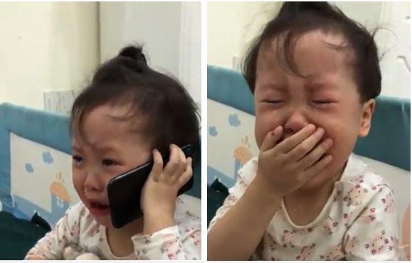 """Bị bố trêu """"quá đáng"""", em bé đáng yêu khóc nức nở gọi điện mách ông nội: Con không chịu được bố luôn!"""