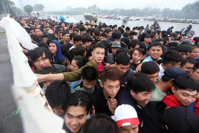Sốt vé trận Việt Nam - Malaysia: Fan xếp hàng từ đêm, xuất hiện cảnh chen lấn cướp chỗ