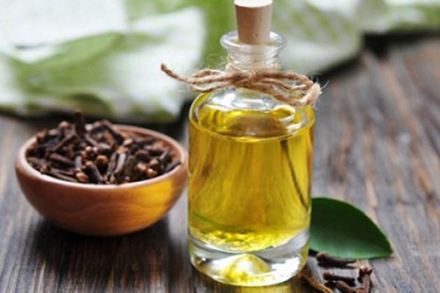 6. Đinh hương - Tinh dầu đinh hương có tính gây tê sẽ giúp giảm đau hiệu quả. Ngoài ra, tinh dầu này còn có tính sát khuẩn, khử trùng rất tốt. Bạn có thể nhỏ tinh dầu đinh hương ra chiếc tăm bông và áp trực tiếp lên chiếc răng đau.