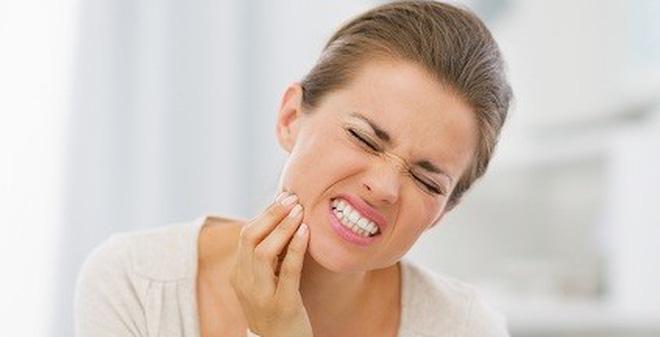 10 cách hiệu quả giúp bạn chống chọi với cơn đau khi mọc răng khôn
