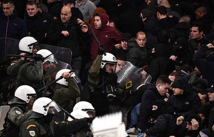Fan bóng đá Hà Lan bị ném bom xăng và pháo sáng ở Hy Lạp, cảnh sát nện nhừ tử những kẻ quá khích