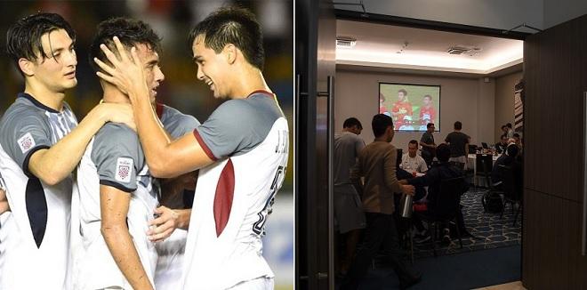 Toàn đội Philippines tranh thủ vừa ăn trưa vừa xem lại trận đấu giữa Việt Nam và Malaysia