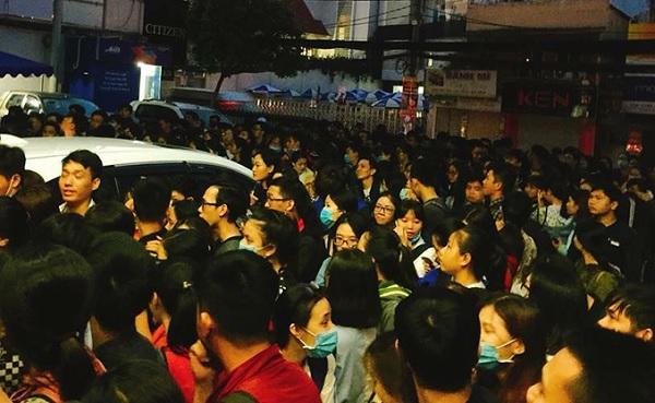Sinh viên Sài Gòn thức trắng đêm xếp hàng đông nghịt đăng ký thi chứng chỉ tiếng Anh