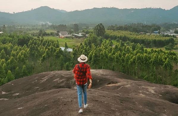 """Check-in cực """"ngầu"""" ngay trên sống lưng """"Đá Voi Mẹ"""" hùng vĩ nằm giữa núi rừng Buôn Ma Thuột"""