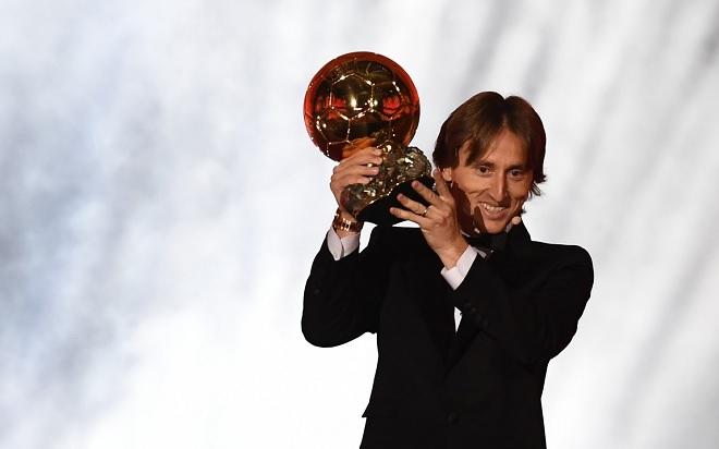 Sau giải The Best của FIFA, Modric tiếp tục vượt mặt Ronaldo và Messi để giành Quả bóng vàng
