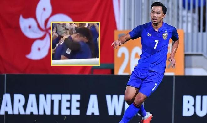 """Trót mời """"cả họ"""" đến xem mình đá thì đội bị loại, cầu thủ Thái Lan khóc nức nở trên vai mẹ"""