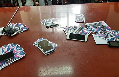"""Bắt 12 người """"phe vé"""" vì gây mất trật tự trước sân Mỹ Đình, một bảo vệ của VFF cũng bị """"tóm"""""""