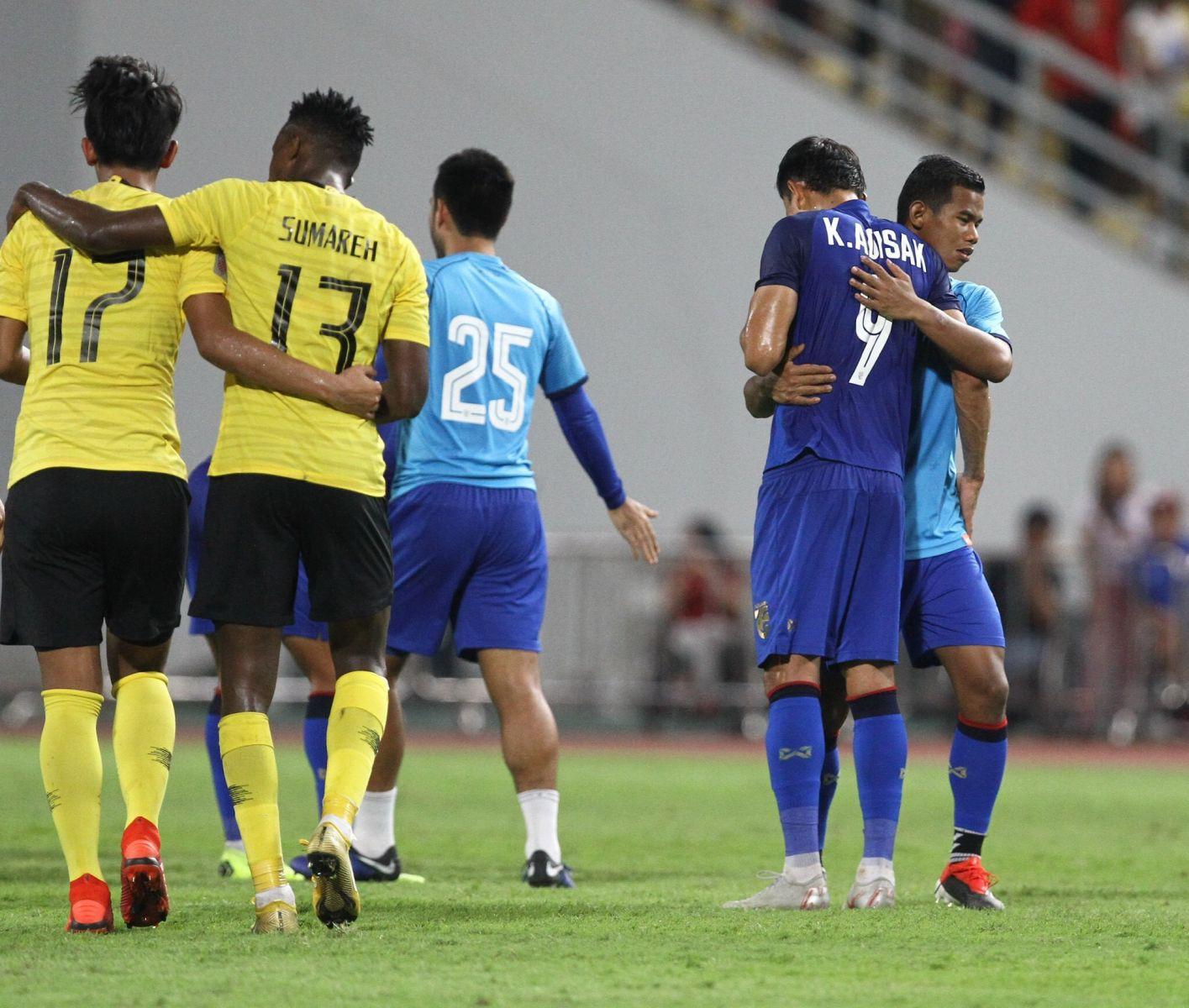 Các cầu thủ Thái Lan cùng nhau động viên Adisak. Ai cũng hiểu áp lực trên chấm phạt đền lớn thế nào. Nhiều ngôi sao đẳng cấp thế giới đã không thể chiến thắng nổi sức nặng ngàn cân khi đứng trước quả đá đầy may rủi như vậy.