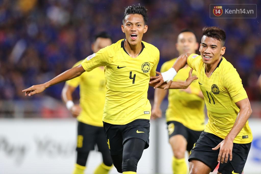 Chỉ 7 phút sau, số 4 Bin Safari gỡ hòa cho Malaysia bằng cú sút xa đẹp mắt.