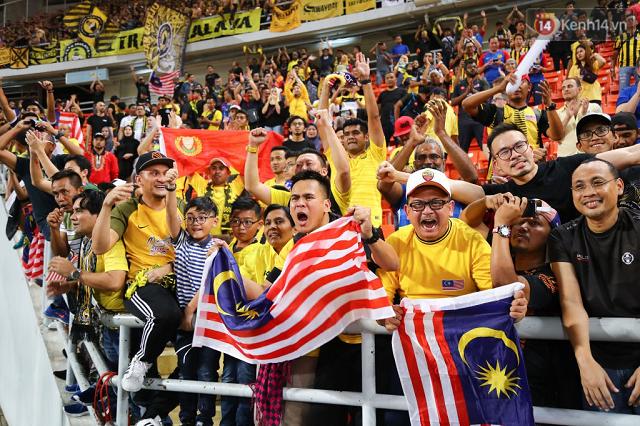 Niềm vui sướng của các CĐV Malaysia trên khán đài. Nhiều người trong số này đã đi xe buýt mất gần 1 ngày để theo chân đội bóng thân yêu. (Nguồn: Kenh14.vn)