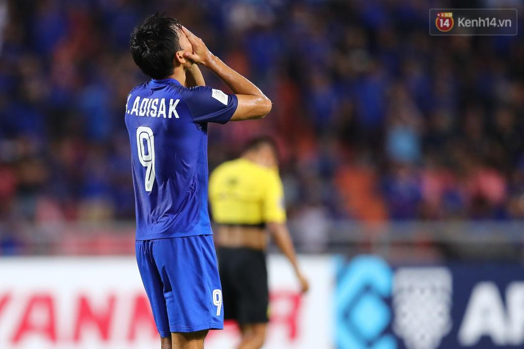 Adisak ôm mặt tiếc nuối. Đúng vào lúc đội tuyển cần anh nhất, Adisak đã không thể thắng nổi áp lực.