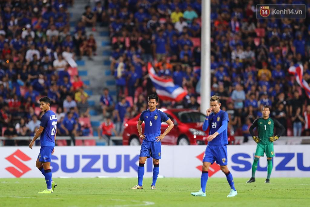 Thái Lan đã chính thức trở thành nhà cựu vô địch AFF Cup sau trận hòa 2-2 trước Malaysia. 2 lần vươn lên dẫn trước nhưng Thái Lan cũng 2 lần để đối thủ cầm hòa.