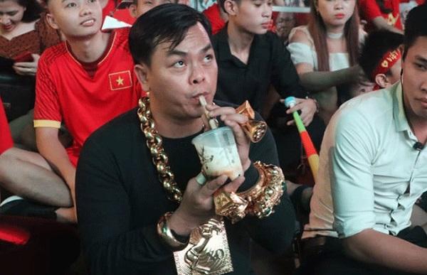 """""""Thánh khoe của"""" đeo 13 cân vàng đi cổ vũ ĐT Việt Nam cùng 5 vệ sĩ"""