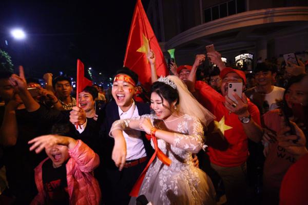 """Ai đó thề thốt Việt Nam thắng sẽ cưới vợ thì nên làm điều đó ngay trong đêm """"đi bão"""". (Nguồn: Tổng hợp ảnh từ VnExpress.net)"""
