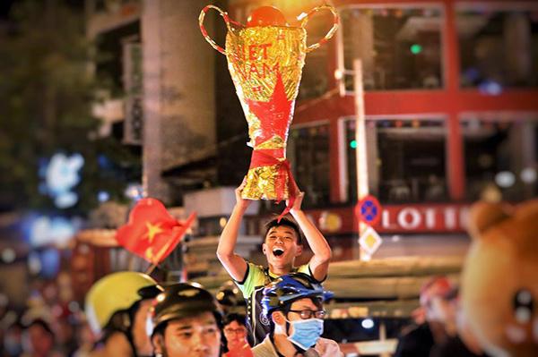 Không nói nhiều, Việt Nam vô địch! Mà Việt Nam vô địch từ bây giờ rồi, cúp to thế này cơ mà!