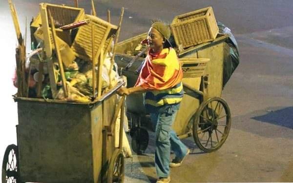 Chưa bao giờ bác lao công yêu nghề thế này! Vừa dọn cả núi rác vừa cười, cờ đỏ khoác trên mình như thể cầu thủ đang thi đấu trước sức nặng của chiếc xe rác.