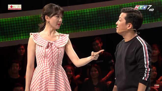 """Giọng lơ lớ mà làm MC vẫn """"đắt hàng"""", Trường Giang nói mỉa Hari Won """"làm ít lương cao"""""""