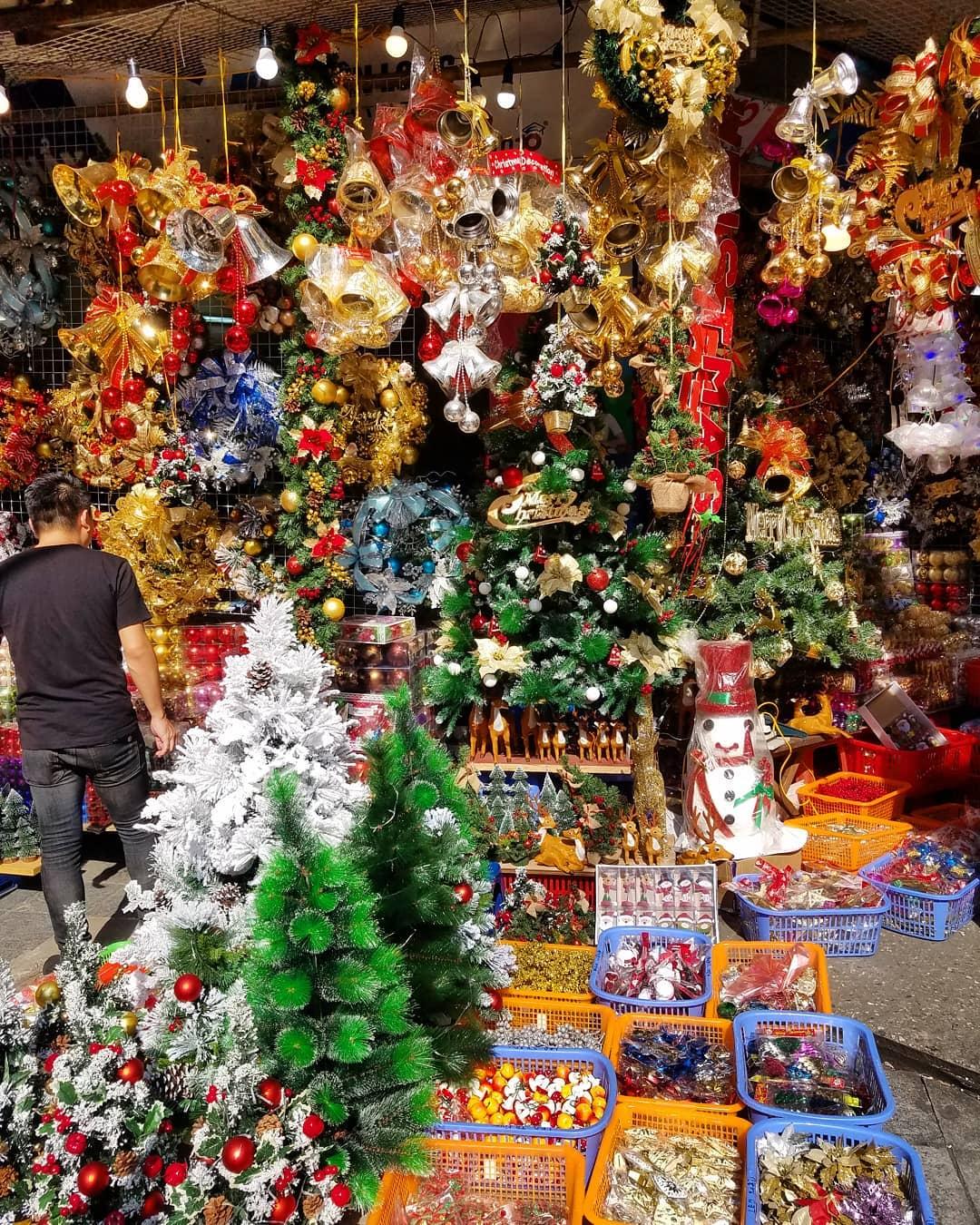 Lên đồ check in ngay phố Hàng Mã rực rỡ sắc màu Noel dù Giáng Sinh chưa đến