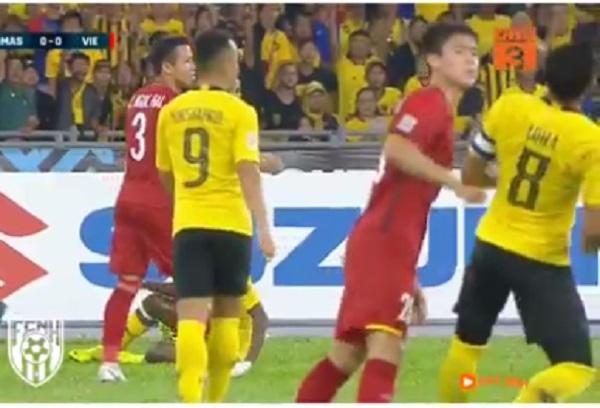 """Clip quay chậm pha Mạnh Gắt """"thưởng nóng"""" đội trường Malaysia cú đấm """"sưng mỏ"""", gắt thôi mà cũng thần thái quá đấy!"""