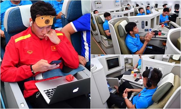 Trên chuyến bay về nước, cả Tiến Dũng và Đức Chinh đều ngồi ghế thường, nhường ghế VIP cho dàn đá chính vì điều này